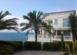 DIK248 Bordighera. First line. Prestigious apartment with garden on the beach.