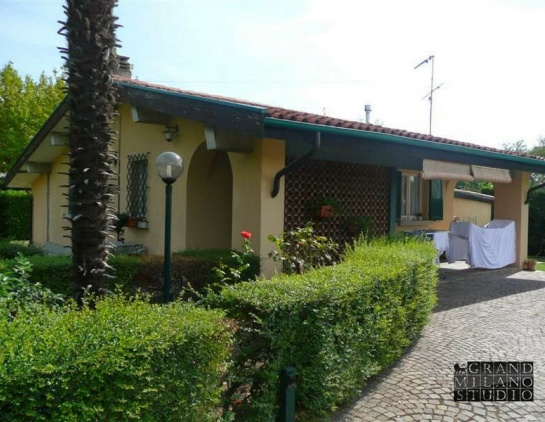 D-ALB 9 1st line Lake Garda villa with a garden and a swimming pool