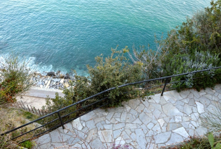D-YK 26.  A villa on the rock with a stunning sea-view in Albissola Superiore.