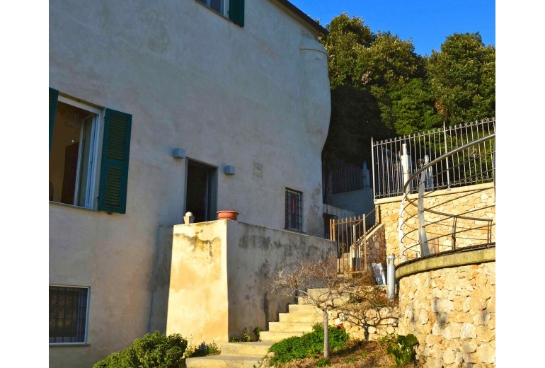 D-YK 27. Villa with a swimming pool in an 18th century building in Celle Ligure.
